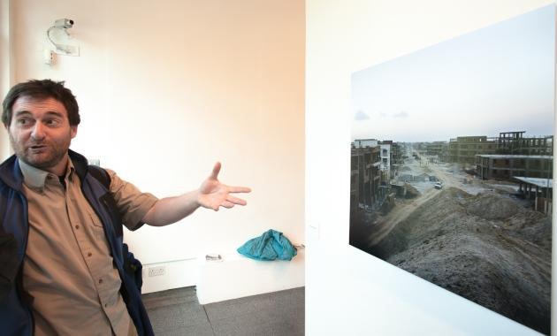 Jose discusses a photograph by Jason Larkin