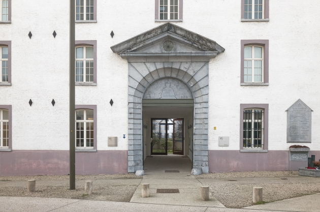 03-entrance-to-army-barracks-20170127-belgium-2220-edit